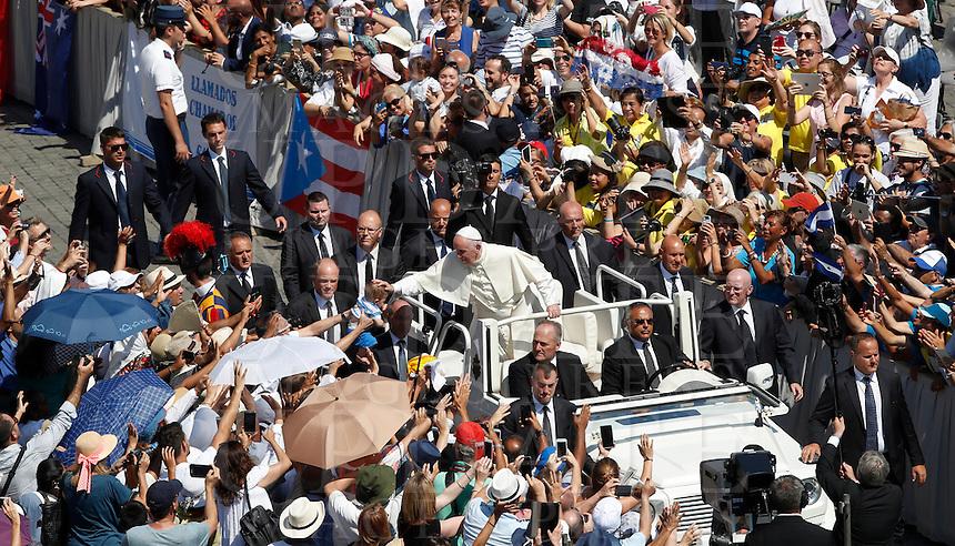 Papa Francesco saluta i fedeli al termine della messa per la canonizzazione di Madre Teresa di Calcutta in Piazza San Pietro, Citta' del Vaticano, 4 settembre 2016.<br /> Pope Francis greets faithful at the end of a mass for the canonization of Mother Teresa in St. Peter's Square at the Vatican, 4 September 2016.<br /> <br /> UPDATE IMAGES PRESS/Isabella Bonotto<br /> <br /> STRICTLY ONLY FOR EDITORIAL USE