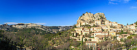 France, Vaucluse (84), La Roque-Alric, et les Dentelles de Montmirail // France, Vaucluse, La Roque-Alric, the village and the Dentelles de Montmirail left