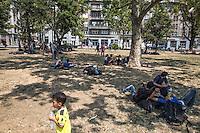 Migranti attendono nei giardini di Belgrado<br /> Migrants are waiting in the gardens of Belgrade