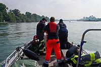 Boot der FFW Raunheim bei der Ausbildung zur Menschenrettung mit dem 40 kg Dummy im Rhein mit Ausbilder Oskar Puch (rote Hose), Simon Fuhr (r, Amt für Brandschutz MTK) und Maurice Eisenmann (FFW Raunheim)  - Ginsheim-Gustavsburg 18.09.2021: Bootsführerausbildung des Katastrophenschutz MTK