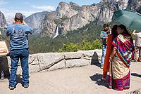 Touristen im Yosemite National Park.<br /> 3.6.2017, Yosemite National Park<br /> Copyright: Christian-Ditsch.de<br /> [Inhaltsveraendernde Manipulation des Fotos nur nach ausdruecklicher Genehmigung des Fotografen. Vereinbarungen ueber Abtretung von Persoenlichkeitsrechten/Model Release der abgebildeten Person/Personen liegen nicht vor. NO MODEL RELEASE! Nur fuer Redaktionelle Zwecke. Don't publish without copyright Christian-Ditsch.de, Veroeffentlichung nur mit Fotografennennung, sowie gegen Honorar, MwSt. und Beleg. Konto: I N G - D i B a, IBAN DE58500105175400192269, BIC INGDDEFFXXX, Kontakt: post@christian-ditsch.de<br /> Bei der Bearbeitung der Dateiinformationen darf die Urheberkennzeichnung in den EXIF- und  IPTC-Daten nicht entfernt werden, diese sind in digitalen Medien nach §95c UrhG rechtlich geschuetzt. Der Urhebervermerk wird gemaess §13 UrhG verlangt.]