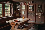 Deutschland, Baden-Wuerttemberg, Ortenaukreis, Gutach: Schwarzwaelder Freilichtmuseum Vogtsbauernhof - alte Stube im Hippenseppenhof | Germany, Baden-Wurttemberg, Gutach: Black Forest Open Air Museum Vogtsbauernhof - historic living room in farmhouse Hippenseppenhof