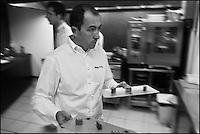 Europe/France/Bretagne/56/Morbihan/Lorient: Restaurant: Henri & Joseph, Philippe  Le Lay passant de la cuisine à la salle, [Non destiné à un usage publicitaire - Not intended for an advertising use]
