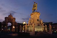 Portugal, Denkmal König Jose und Triumphbogen  auf Praca do Comercio  in Lissabon
