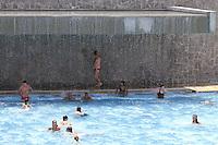 SÃO PAULO, SP, 05/01/2012, LOTAÇÃO PISCINA SESC BELENZINHO. <br /> Com os termometros marcando 32ºC hoje (5), o paulistano lotou as piscinas da capital, o Sesc do Belezinho ficou durante todo o dia com as piscinas tomadas pelos associados.<br /> <br />  Luiz Guarnieri/ News Free
