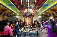 Nederland Den Helder -  2019. Jaarlijkse tempelfeest bij de Hindoe tempel in Den Helder. Vereniging Sri Varatharaja Selvavinayagar voltooide in 2003 het gebouw dat wordt gebruikt voor het bevorderen van kunst en cultuur. Een ander deel wordt gebruikt voor het praktiseren van religieuze waarden. Het hoogtepunt van de feestperiode is het voorttrekken van de wagen ( chithira theer of ratham ). Offerandes.     Foto mag niet in negatieve / schadelijke context gepubliceerd worden.  Foto Berlinda van Dam / Hollandse Hoogte