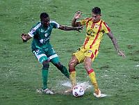 PEREIRA - COLOMBIA, 29-04-2021: Hanzel Zapata de La Equidad (COL) y Hector Perez de Aragua F. C. (VEN), luchan por el balon durante partido entre La Equidad (COL) y Aragua F. C. (VEN) por la Copa CONMEBOL Sudamericana 2021 en el Estadio Hernan Ramirez Villegas de la ciudad de Pereira. / Hanzel Zapata of La Equidad (COL) and Hector Perez of Aragua F. C. (VEN), fight for the ball during a match beween La Equidad (COL) and Aragua F. C. (VEN) for the CONMEBOL Sudamericana Cup 2021 at the Hernan Ramirez Villegas Stadium, in Pereira city. / VizzorImage / Pablo Bohorquez / Cont.