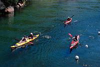 Kajakfahrer in der Flussmündung des  Porto, Korsika, Frankreich