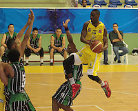 BUCARAMANGA -COLOMBIA, 19-03-2013. Lawrence Gilbert de Bucaros disputa el balón con Aragón Mena de Academia durante partido de la fecha 1 fase II de la Liga DirecTV de baloncesto profesional colombiano 2013 disputado en la ciudad de Bucaramanga./  Lawrence Gilbert  of Bucaros fights for the ball with Aragon Mena of Academia during game of the first date phase II of DirecTV League of professional Basketball of Colombia 2013 at Bucaramanga city . Photo:VizzorImage / Jaime Moreno / STR