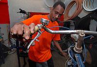 Brescia / Italia 13 novembre 2013<br /> Sory Ibrahim Diancoumba (39), rifugiato del Mali, al lavoro nell'officina per riparazioni di biciclette aperta con altri rifugiati con l'aiuto dell'associazione ADL Brescia e con il contributo di Re-Startup, rete nazionale per imprese cooperative di titolari di protezione internazionale vulnerabili.<br /> La Cooperativa Gekake è una delle prime start-up gestite da immigrati richiedenti asilo politico.<br /> Foto Livio Senigalliesi