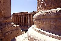 LIBANO A circa 90 km da Beirut, nella valle della Bekaa, si trova il sito di Baalbek, luogo dedicato al dio fenicio Baal, in seguito dai greci denominata Eliopolis (città del sole) e divenuta poi in epoca romana (Colonia Julia Felix)  luogo di culto di Giove.Impressionante l'acropoli, di cui fanno parte i templi di Giove , del cui portico restano solo 6 imponenti colonne di oltre 20 metri di altezza, il tempio di Bacco, con belle decorazioni e il tempio di Venere, divenuto basilica in periodo cristiano. Nei pressi delle rovine sorge il Museo  della Liberazione Palestinese (dal 1975 la zona è il quartier generale degli hezbollah). Nell'immagine: Vista sul tempio di Bacco attraverso le imponenti colonne del tempio di Giove.