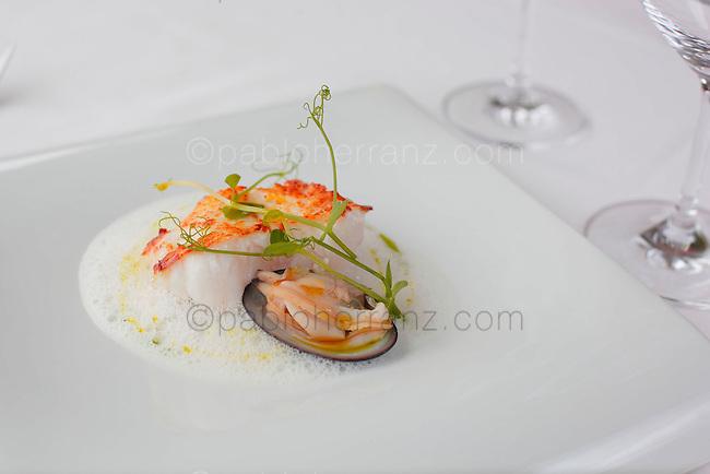 Restaurante Playa Club. Rape sobre caldo espumoso de hinojo y aceite de cebollino.