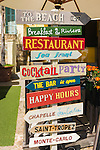 France, Provence-Alpes-Côte d'Azur, Villefranche-sur-Mer: funny restaurant signs at Quai de l'Amiral Courbet | Frankreich, Provence-Alpes-Côte d'Azur, Villefranche-sur-Mer: lustige Hinweisschilder der Restaurants am Quai de l'Amiral Courbet