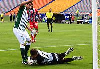 MEDELLÍN - COLOMBIA -10-03-2013: Juan Pablo Ángel (Izq.) del Atlético Nacional disputa el balón con Nicolas Vikonis (Der.) del Patriotas FC durante  partido por la Liga de Postobon I en el estadio Atanasio Girardot en la ciudad de Medellín, marzo10 de 2013. (Foto: VizzorImage / Fredy Amariles / Cont). Jua Pablo Angel (L) of Atletico Nacional figths the ball with Nicolas Vikonis (R), of Patriotas FC during a match for the Postobon I League at the Atanasio Giratdot stadium in Medellin city, on March 10, 2013, (Photo: VizzorImage / Fredy Amariles / Cont.).