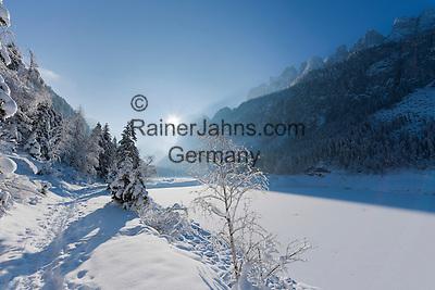 Austria, Upper Austria, Salzkammergut, Gosau: winter scenery at Lower Gosau Lake with Dachstein mountains   Oesterreich, Oberoesterreich, Salzkammergut, Gosau: Winterlandschaft am vorderen Gosausee mit Dachsteingruppe