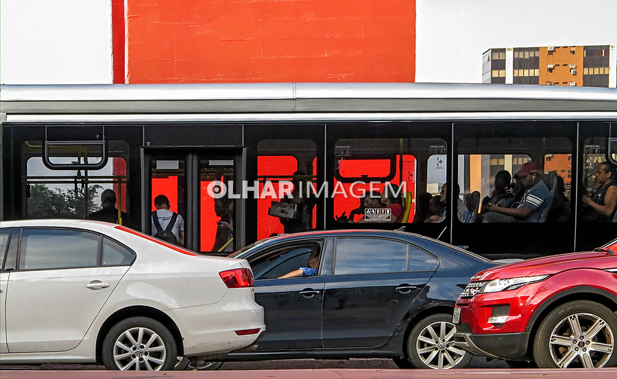 Mobilidade urbana. Onibus e carros na Avenida Paulista. Sao Paulo. 2017. Foto © Juca Martins.