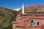 Morocco, High Atlas, Tazantoute: Traditional red-earth built village below snow capped High Atlas mountains | Marokko, Hoher Atlas, Tazantoute: Dorf mit in traditioneller Lehmbauweise gebauten Wohnburgen unterhalb der schneebedeckten Gipfel des Hohen Atlas Gebirges