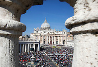 Una veduta di Piazza San Pietro durante la messa di Pasqua celebrata da Papa Francesco, Citta' del Vaticano, 27 marzo 2016.<br /> A view of St. Peter's Square during the Easter Mass celebrated by Pope Francis, Vatican, 27 March 2016.<br /> UPDATE IMAGES PRESS/Isabella Bonotto<br /> <br /> STRICTLY ONLY FOR EDITORIAL USE<br /> <br /> *** ITALY AND GERMANY OUT ***