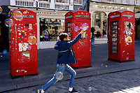 Royal Mile, Red phone box and soap bubbles<br /> Scotland May 8th - 19th. Trip across Scotland<br /> Foto Samantha Zucchi Insidefoto