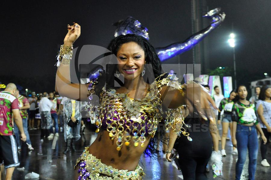ATENÇÃO EDITOR FOTO EMBARGADA PARA VEÍCULOS INTERNACIONAIS - SÃO PAULO, SP, 15 DE DEZEMBRO DE 2012 - ENSAIO TÉCNICO - VAI VAI: Rainha da bateria Camila Silva durante ensaio técnico da Escola de Samba Vai-Vai realizado na madrugada deste sabado (15) no Sambódromo do Anhembi, em São Paulo na preparação para o Carnaval 2013. FOTO: LEVI BIANCO - BRAZIL PHOTO PRESS