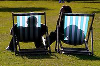 Pessoas  em cadeiras no parque Hyde Park. Londres. Inglaterra. Foto de Juca Martins.