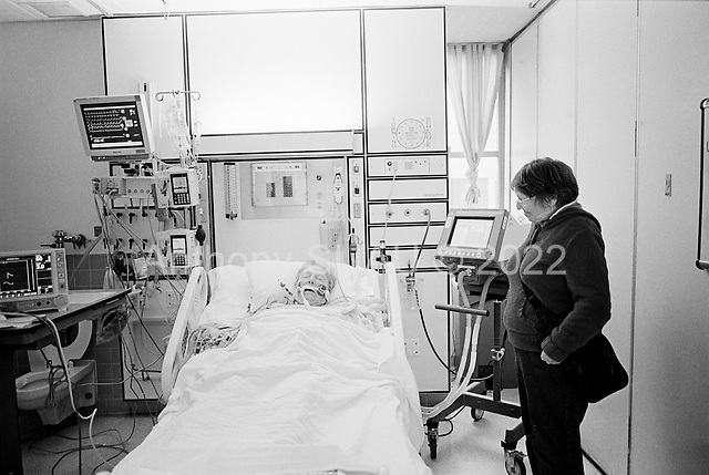 Chicago, Illinois<br /> USA<br /> December 18, 2009<br /> <br /> At the University of Chicago Medical Center Geraldine Martin, 80 years old, in the intensive care unit just more then 12 hours after open heart surgery to have a valve replaced and hole repaired. She is accompanied by her sister Helen Martin and is moved out within hours.