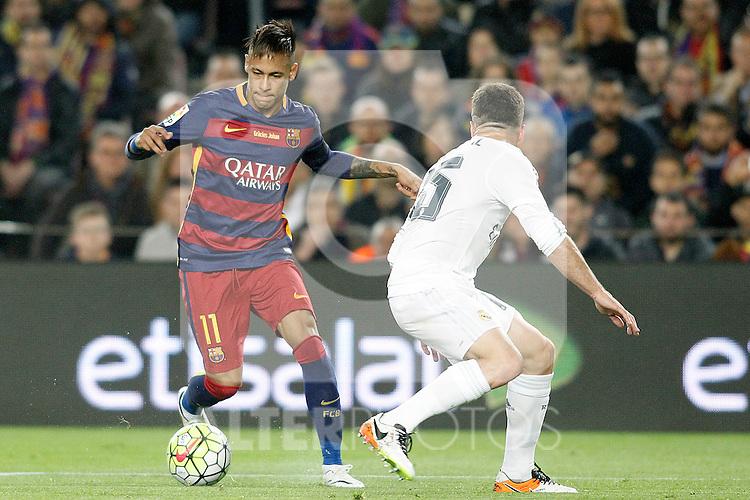 FC Barcelona's Neymar Jr (l) and Real Madrid's Daniel Carvajal during La Liga match. April 2,2016. (ALTERPHOTOS/Acero)