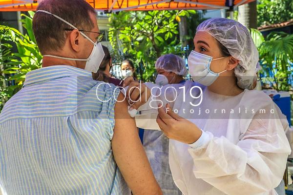 """RJ. Rio de Janeiro, 2701.2021. COVID-19 A prefeitura da cidade comeÁa nesta quarta-feira, (27), uma nova fase de vacinaÁ""""o contra a Covid-19.  As categorias escolhidas, profissionais da sa˙de e idosos, recebem vacinas da AstraZeneca Oxford. A vacinaÁ""""o ocorre nos postos de vacinaÁ""""o da prefeitura. Foto:  posto municipal de sa˙de Dom Helder C'mara, rua Volunt·rios da P·tria   no bairro de Botafogo  (Foto: Ellan Lustosa / Codigo19)"""