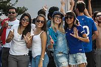 BELO HORIZONTE,MG, 27.03.2016 – ATLETICO-CRUZEIRO – Antes do jogo torcedores do Cruzeiro provocaram os torcedores do Atletico, jogando milho nas ruas em torno do estádio, em jogo válido pela nona rodada do Campeonato Mineiro, na Arena Independência, em Belo Horizonte, neste domingo, 27. (Foto: Doug Patricio/Brazil Photo Press/Folhapress)