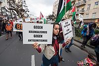 """Etwa tausend Menschen demonstrierten am Sonntag den 12. Oktober 2019 in Berlin mit einer """"Antikolonialen Demonstration"""" gegen die Glorifizierung der """"Entdeckung"""" Amerikas durch Christoph Kolumbus. Diese """"Entdeckung"""" sei fuer ihren Kontinent der Beginn einer grausamen Kolonialisierung gewesen, der Millionen Menschen das Leben gekostet hat. Die Folgen dieser """"Entdeckung"""" seien bis heute spuerbar und die verbliebenen Ureinwohner haben bis heute darunter zu leiden.<br /> Im Bild: An der Demonstration beteiligte sich auch die umstrittene Organisation BDS (Boykott, Desinvestion, Sanktionen), die zum Boykott israelischer Waren aufruft und Israel als kolonialen Apartheidsstaat bezeichnet. Kritiker werfen BDS Antisemitismus vor.<br /> 12.10.2019, Berlin<br /> Copyright: Christian-Ditsch.de<br /> [Inhaltsveraendernde Manipulation des Fotos nur nach ausdruecklicher Genehmigung des Fotografen. Vereinbarungen ueber Abtretung von Persoenlichkeitsrechten/Model Release der abgebildeten Person/Personen liegen nicht vor. NO MODEL RELEASE! Nur fuer Redaktionelle Zwecke. Don't publish without copyright Christian-Ditsch.de, Veroeffentlichung nur mit Fotografennennung, sowie gegen Honorar, MwSt. und Beleg. Konto: I N G - D i B a, IBAN DE58500105175400192269, BIC INGDDEFFXXX, Kontakt: post@christian-ditsch.de<br /> Bei der Bearbeitung der Dateiinformationen darf die Urheberkennzeichnung in den EXIF- und  IPTC-Daten nicht entfernt werden, diese sind in digitalen Medien nach §95c UrhG rechtlich geschuetzt. Der Urhebervermerk wird gemaess §13 UrhG verlangt.]"""