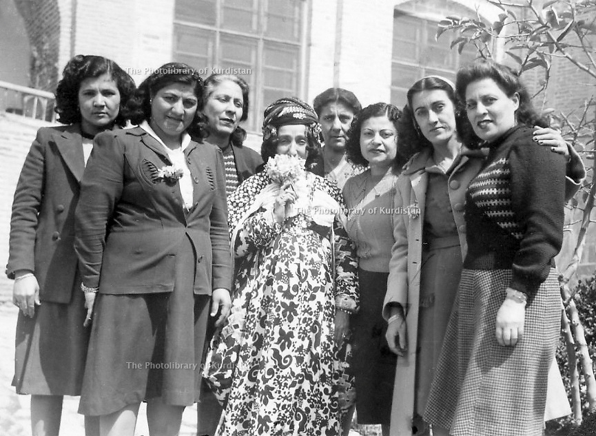 Iraq 1949.Hafsa Khan, in the center, with Christian friends in her Suleimania's house for Now Ruz  .Irak 1949 .Hafsa Khan, au centre , recevant dans sa maison des amis chretiennes a Now Ruz