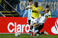 VIÑA DEL MAR - CHILE - 26-04-2015: Victor Ibarbo (Izq.), jugador de Colombia, disputa el balón con Pablo Zabaleta (Der) jugador de Argentina, durante partido Colombia y Argentina, por los cuartos de final, de la Copa America Chile 2015, en el estadio Sausalito en la Ciudad de Viña del Mar / Victor Ibarbo (L) player of Colombia, vies for the ball with Pablo Zabaleta (R) player of Argentina, during a match between Colombia and Argentina, for the quarterfinals of the Copa America Chile 2015, in the Sausalito stadium in Viña del Mar city. Photo: VizzorImage /  Photosport / Andres Piña / Cont.