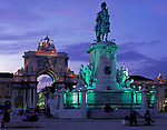 Portugal, Lissabon: Praça do Comércio: Arco da Rua Augusta und Reiterstandbild am Abend | Portugal, Lisbon: Praça do Comércio: Arco da Rua Augusta + equestrian statue at dusk