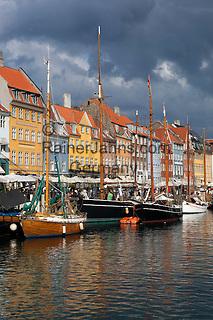 Denmark, Zealand, Copenhagen: View along Nyhavn (New Harbour) canal lined with boats and former merchant's houses   Daenemark, Insel Seeland, Kopenhagen: Nyhavn, der Neue Hafen, beliebtes Touristenziel mit den vielen Booten und Giebelhaeusern