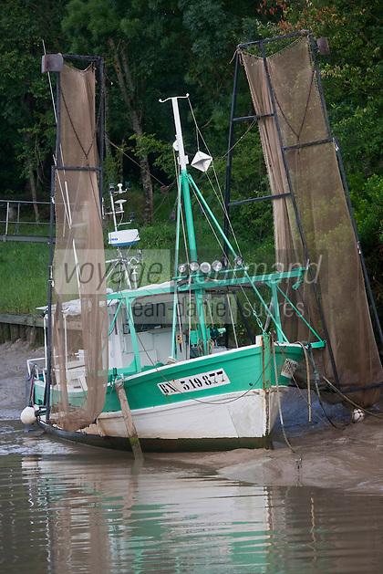Europe/France/Aquitaine/33/Gironde/Saint-Seurin-de-Cadourne: Bateau de pêche au Port de la Maréchale sur l'Estuaire de la Gironde