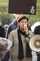In Berlin protestierten am Dienstag den 21. Oktober 2014 Aktivisten von Amnesty International vor der usbekischen Botschaft gegen Folter in Usbekistan. In Usbekistan ist Folter weit verbreitet. Gefangene werden nach Aussage von Amnesty oft schon bei der Festnahme misshandelt, in der Haft werden sie mit Plastiktueten ueber dem Kopf, mit Nadeln unter den Fingernaegeln oder Elektroschocks gequaelt und zu Gestaendnissen erpresst.<br /> Die Menschenrechtsaktivisten waren symbolisch mit den Haenden auf dem Ruecken gefesselt und hatten Plastiktueten ueber ihren Koepfen. Die Generalsekretaerin von Amnesty Deutschland, Selmin Caliskan wollte  ueber 37.000 Unterschriften gegen Folter uebergeben, der Botschafter verweigerte jedoch einen Termin. Aehnliche Aktionen fanden zeitgleich unter anderem in London, Madrid, Bruessel, Paris und Wien statt.<br /> Im Bild: Am Megaphon spricht Umida Nijasowa, Leiterin des Usbekisch-Deutschen Forums fuer Menschenrechte.<br /> 21.10.2014, Berlin<br /> Copyright: Christian-Ditsch.de<br /> [Inhaltsveraendernde Manipulation des Fotos nur nach ausdruecklicher Genehmigung des Fotografen.<br /> Vereinbarungen ueber Abtretung von Persoenlichkeitsrechten/Model Release der abgebildeten Person/Personen liegen nicht vor. NO MODEL RELEASE! Don't publish without copyright Christian-Ditsch.de, Veroeffentlichung nur mit Fotografennennung, sowie gegen Honorar, MwSt. und Beleg. Konto: I N G - D i B a, IBAN DE58500105175400192269, BIC INGDDEFFXXX, Kontakt: post@christian-ditsch.de<br /> Urhebervermerk wird gemaess Paragraph 13 UHG verlangt.]