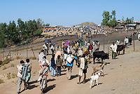 ETHIOPIA Lalibela, market, people from the villages buy food stuff / AETHIOPIEN Lalibela, Markt, Menschen aus den Doerfern kaufen hier Nahrungsmittel ein