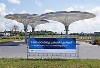 Nederland - Zaanstad - Augustus 2019. Tankstation NXT op bedrijventerrein HoogTij in Westzaan. Dit tankstation werkt met een nieuw brandstoffen concept en is daardoor een tankstation van de toekomst. NXT HoogTij biedt namelijk ook duurzamere alternatieven voor benzine en diesel aan; GTL en E10. GTL is een brandstof gemaakt van aardgas en is biologisch afbreekbaar. E10 is benzine waar 10 procent bio-ethanol aan is toegevoegd. In 2020 wordt NXT uitgebreid met waterstof. Daarnaast heeft het tankstation zelf ook duurzame maatregelen genomen. Met zonnepanelen op de bovenkant van de kelken voorziet het tankstation in de eigen energiebehoefte. Foto Berlinda van Dam / Hollandse Hoogte