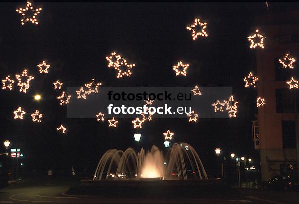 fountain at the Plaza de la Reina square at night decorated for Christmas with iluminated stars at night<br /> <br /> fuente en la Plaza de la Reina decorada para navidad con estrellas iluminadas, por la noche<br /> <br /> Springbrunnen auf der Plaza de la Reina bei Nacht, zu Weihnachten dekoriert mit beleuchteten Sternen<br /> <br /> 3648 x 2492 px<br /> Original: 35 mm slide transparency