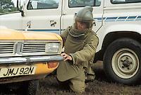 - Royal Army, bomb disposal engineer simulate the deactivation of a bomb<br /> <br /> - Royal Army, artificiere simula il disinnesco di una bomba