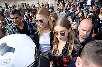 Karlie Kloss et Gigi Hadid ont du mal a rejoindre leur voiture a la sortie du defile - Show MUGLER - Paris Fashion Week Womenswear Spring/Summer 2017 - 1 octobre 2016 - FRANCE