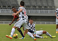 PEREIRA -COLOMBIA-19-10-2014. Edinson Palomino (Izq) jugador de Aguilas Pereira disputa el balón con Yeison Gordillo (en el piso) y Javier Sanguinetti (#10) jugadores de Boyacá Chicó FC durante partido por la fecha 15 de la Liga Postobon II 2014 jugado en el estadio Hernán Ramírez Villegas de Pereira./ Edinson Palomino (L) player of Aguilas Pereira vies for the ball with Yeison Gordillo (on the grass) and Javier Sanguinetti (#10) players of  Boyaca Chico FC during match for the 15th date of the Postobon League II 2014 played at Hernan Ramirez Villegas of Pereira city.  Photo: VizzorImage/ CONT
