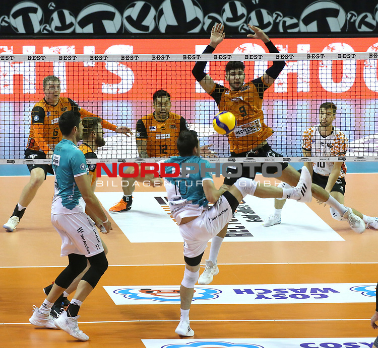 17.10.2020, Max Schmeling Halle, Berlin, GER, 1.VBL, BR VOLLEYS VS. SWD powervolleys Dueren, <br /> im Bild <br /> Eder Carbonera (BR Volleys #16), Timothee Carle (BR Volleys #9),<br /> Tobias Brand (Dueren #10)<br /> <br />      <br /> <br /> Foto © nordphoto / Engler