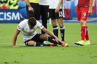 Sami Khedira (D) gefoult von Krzysztof Maczynski (POL) und präsentierte einen Tag später über Twitter das Ergebnis - EM 2016: Deutschland vs. Polen, Gruppe C, 2. Spieltag, Stade de France, Saint Denis, Paris