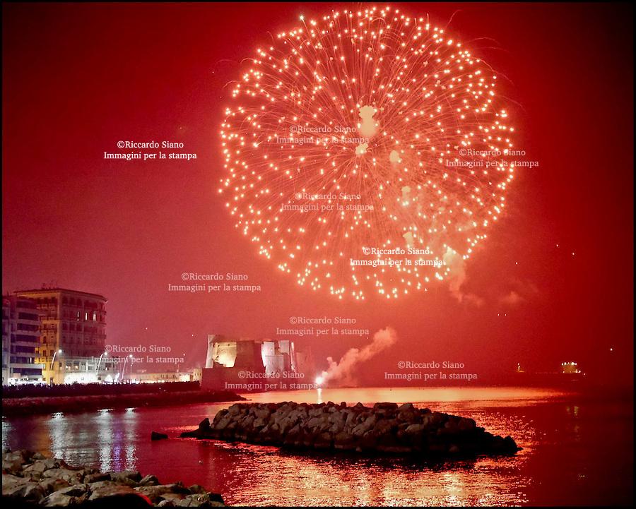 - NAPOLI 01 2014 -  Capodanno 2014 festa in città fuochi d'artificio lungomare  Caracciolo