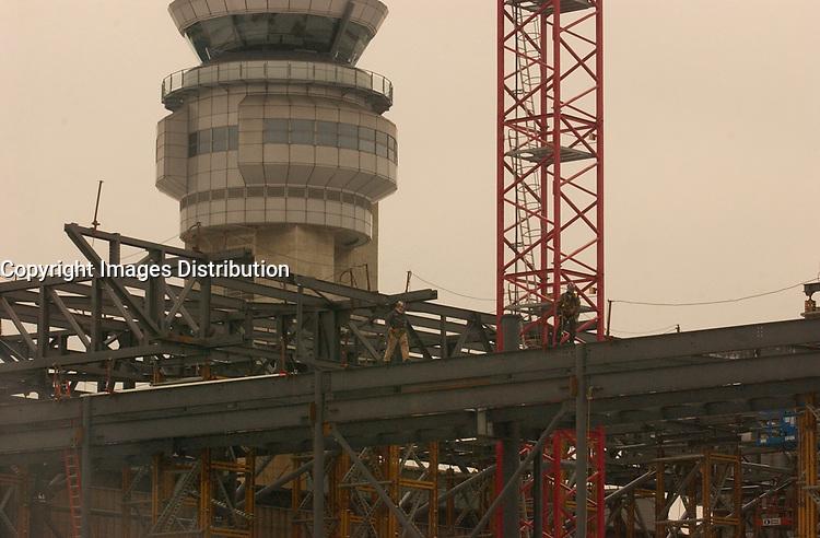 n<br /> <br /> The new international jetty construction site at Montréal-<br /> Pierre Elliott Trudeau International Airport (YUL) in February 2004.<br /> <br /> Contruction de la nouvelle jetée de l'aéroport Pierre E Trudeau (YUL) Février 2004<br /> photo : (c) images Distribution