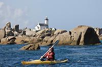 Europe/France/Bretagne/29/Finistère/Brignogan:  Promenade en kayak  le long de la Côte des Légendes  avec le Centre Nautique de Brignogan-Plage au fond le Phare de Pontsuval