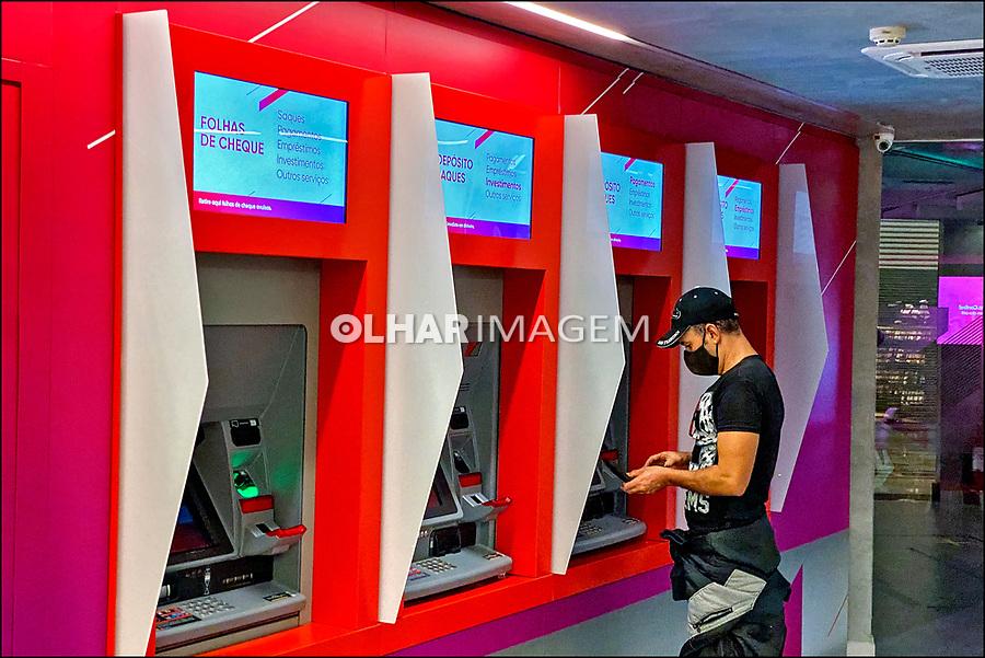 Caixa eletrônico de banco,. São Paulo. 2020. Foto de Juca Martins