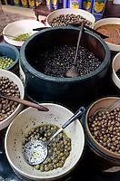 Europe/France/Provence-Alpes-Côte d'Azur/06/Alpes-Maritimes/Nice: Préparation de l'huile d'olives Alziari - Olives de Nice
