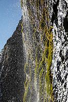 Wasserfall direkt am Strand in der Nähe von Laekjavik, Lækjavik im Osten von Island, Laekjavik Coast